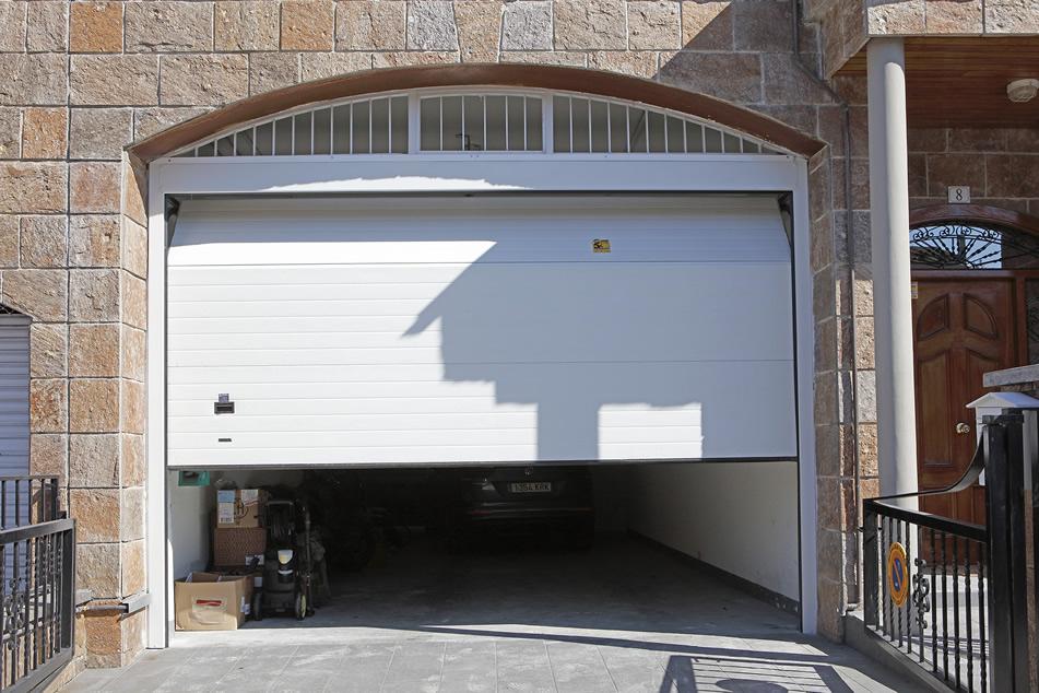 Puertas de garaje abatibles a medida