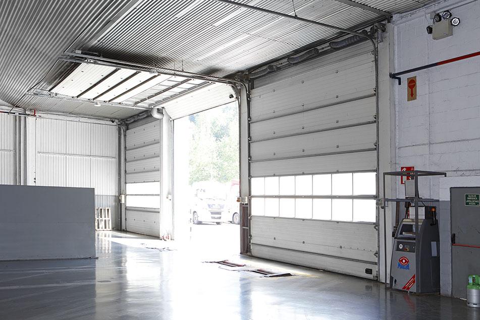 Neurrira egindako garaje-ate eraisgarriak